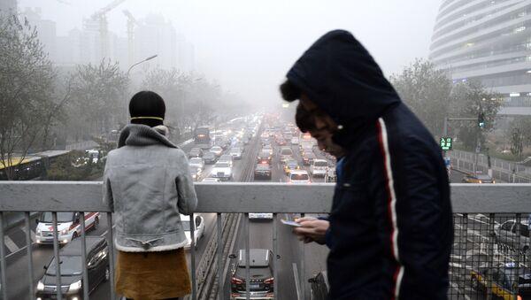 Pedestrians walk across a bridge in Beijing on December 1, 2015 - Sputnik International
