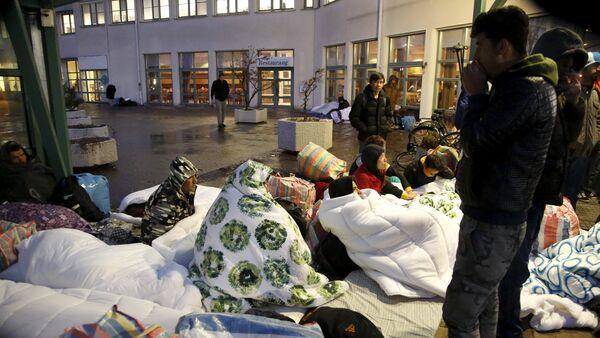 Refugees sleep outside the entrance of the Swedish Migration Agency's arrival center for asylum seekers at Jagersro in Malmo, Sweden, November 20, 2015 - Sputnik International
