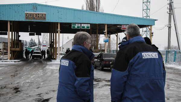 OSCE observers at the Uspenka checkpoint in the Donetsk Region on the border between Ukraine and Russia - Sputnik International