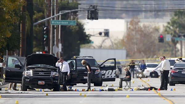 Police and Sheriff's Office Crime Scene Iinvestigators examine evidence at the scene of the investigation around an SUV where two suspects were shot by police following a mass shooting in San Bernardino, California December 3, 2015. - Sputnik International