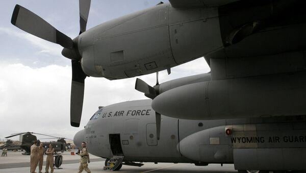 U.S. soldiers are seen near a U.S. air force plane on the runway at the main U.S. air base in Bagram, Afghanistan. (File) - Sputnik International