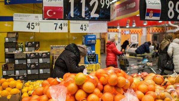 People buy Turkish fruit in a supermarket in Omsk, Russia - Sputnik International