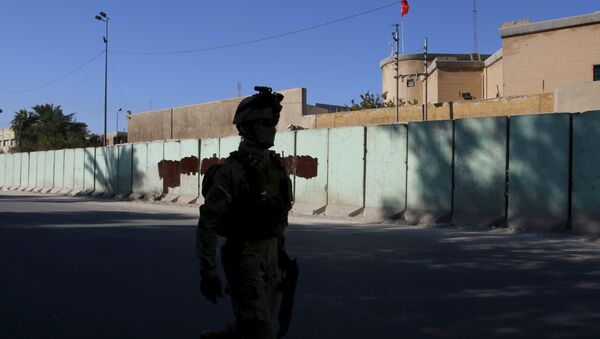 A member from Iraqi security forces walks past the Turkish embassy in Baghdad December 8 2015 - Sputnik International
