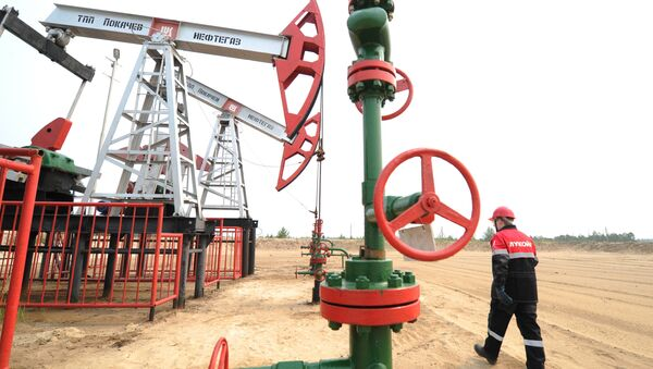 Staff worker of Lukoil company at a pumping cluster in the Pokachi city area of Russia's Khanty-Mansiysk Autonomous Okrug - Sputnik International