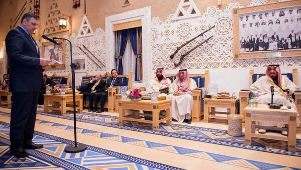 A picture provided by the Saudi Press Agency (SPA)on December 10, 2015 shows Saudi King Salman bin Abdelaziz (R) listening to a member of the Syrian opposition during their meeting in Riyadh. - Sputnik International