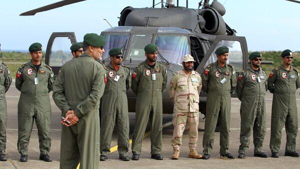 Saudi troops pose in front of an helicopter - Sputnik International