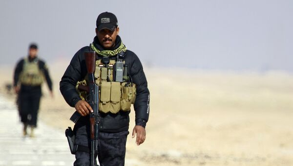 Members of the Iraqi security forces patrol the Najaf governorate's border with the mostly Islamic State (IS) group controlled western province of Anbar as new security measures have been taken to beef up security on the border of the Saudi desert on January 24, 2015 - Sputnik International
