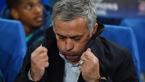 A picture taken on November 4, 2015 shows Chelsea's Portuguese manager Jose Mourinho pulling up the collar on his coat during a UEFA Chamions league group stage football match between Chelsea and Dynamo Kiev at Stamford Bridge stadium in west London - Sputnik International