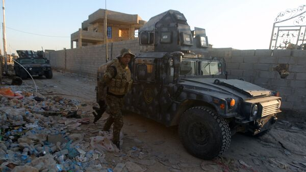 Iraqi troops and allied paramilitaries advance on December 6, 2015 down a street in Husayba, an Iraqi rural town in the Euphrates Valley seven kilometres (4.5 miles) east of Ramadi, where government forces have been closing on Islamic State (IS) group militants who seized the Anbar province's capital in May after a three-day blitz involving dozens of huge truck bombs - Sputnik International