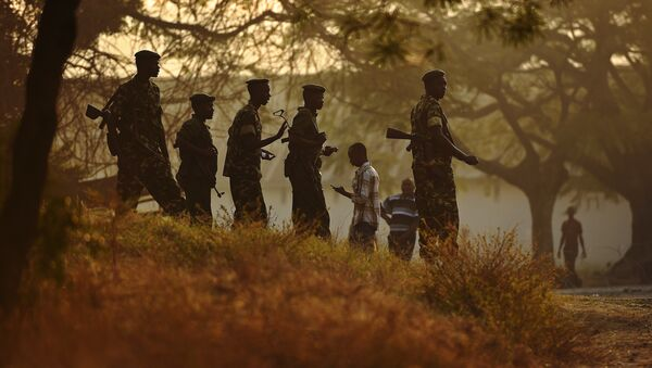 Soldiers guard a polling station in the Musaga neighborhood of Bujumbura on the day of Presidential elections in Burundi on July 21, 2015 - Sputnik International