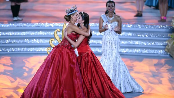 Former Miss World Jolene Strauss (L) and Miss Russia, Sofia Nikitchuk hug during the Miss World Grand Final in Sanya, in southern China's Hainan province on December 19, 2015 - Sputnik International