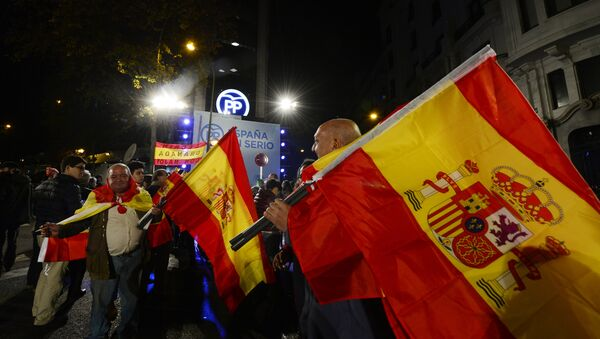 Popular Party (PP) supporters wave Spanish flags in front of the party's headquarters after the partial results of Spain's general elections in Madrid on December 20, 2015. - Sputnik International