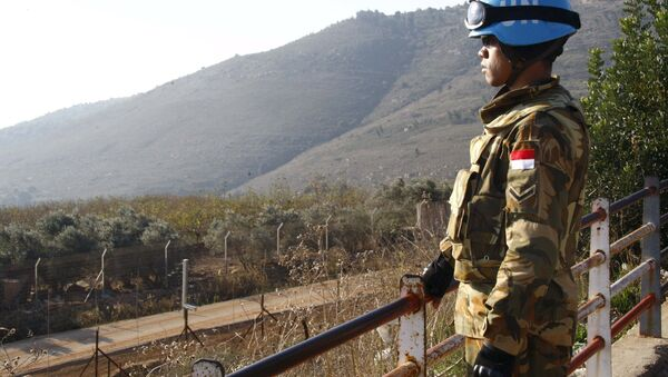 A UN peacekeeper of the United Nations Interim Force in Lebanon (UNIFIL) stands at a lookout point in Adaisseh village near the Lebanese-Israeli border, southern Lebanon December 21, 2015. - Sputnik International