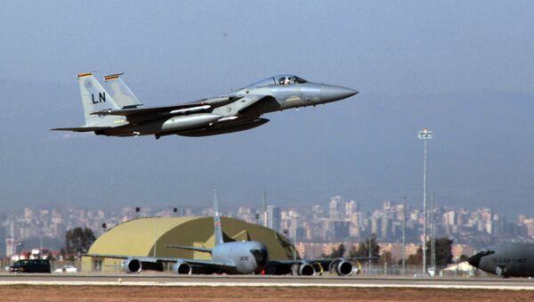 A US Air Force F15 fighter jet takes off. - Sputnik International