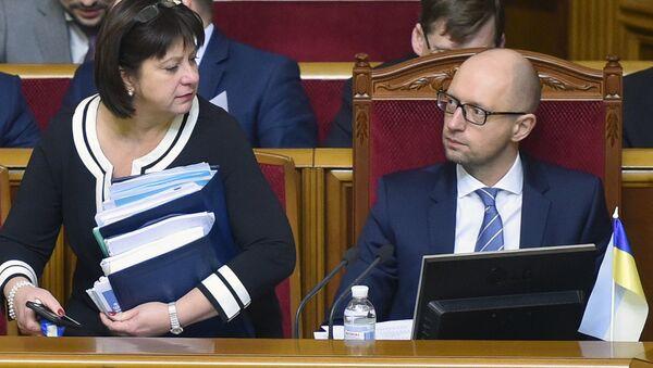 Finance Minister Natalia Yaresko (L) and Ukrainian Prime Minister Arseny Yatsenyk (R) prepare to present the draft of the new state budget during the parliament hearing in Kiev on December 17, 2015 - Sputnik International