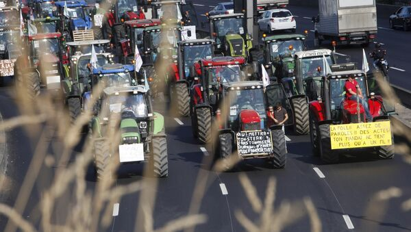 Angry farmers drive their tractors on the Paris ring, Thursday, Sept.3, 2015 in Paris, France - Sputnik International