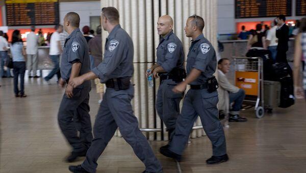 Israeli police officers walk through Ben Gurion airport near Tel Aviv , Israel - Sputnik International