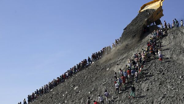 Miners search for jade stones at a mine dump at a Hpakant jade mine in Kachin state, Myanmar November 25, 2015 - Sputnik International