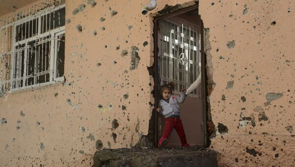 A girl stands at the entrance of a damaged house in the Sur district in Diyarbakir on December 11, 2015. - Sputnik International