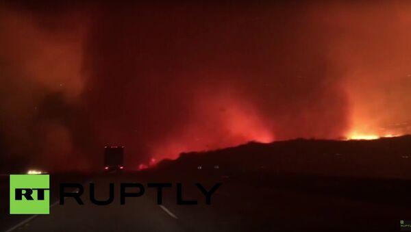 Family drives through blazing California wildfire - Sputnik International