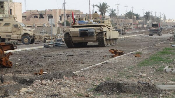 A tank of the Iraqi security forces is seen in Ramadi December 24, 2015 - Sputnik International