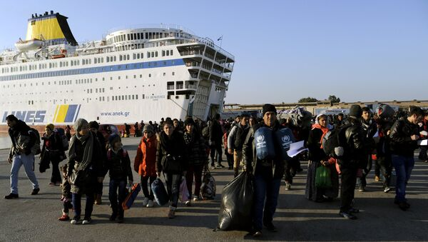 Refugees and migrants walk after disembarking from the passenger ferry Eleftherios Venizelos from the island of Lesbos at the port of Piraeus, near Athens, Greece, December 26, 2015 - Sputnik International