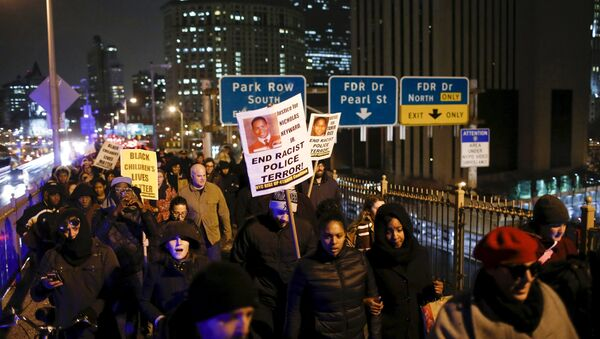 People march along the Brooklyn Bridge as they take part in a protest against the police in Manhattan, New York, December 28, 2015 after a grand jury cleared two Cleveland police officers on Monday in the November 2014 fatal shooting of 12-year-old Tamir Rice - Sputnik International