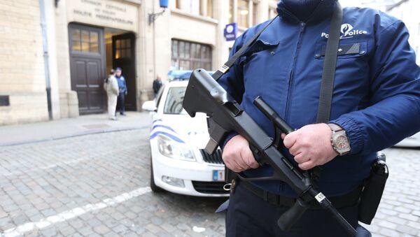 A police officer stands outside a police station, on December 29, 2015, in Brussels. - Sputnik International