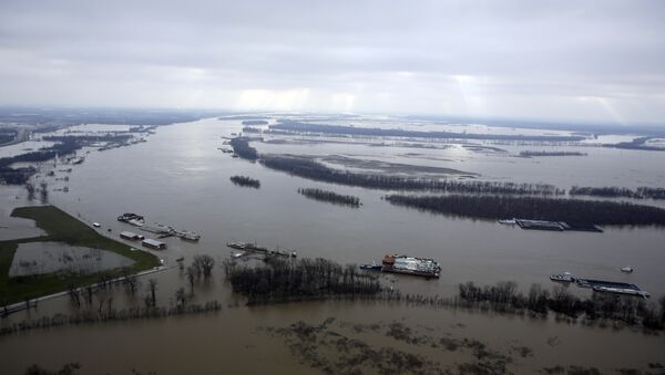 In this aerial photo, the Mississippi River flows out of its banks Wednesday, Dec. 30, 2015, near West Alton, Mo. A rare winter flood threatened nearly two dozen federal levees in Missouri and Illinois on Wednesday as rivers rose, prompting evacuations in several places. - Sputnik International