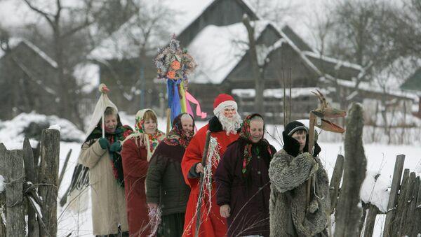 Local residents celebrating the Slavic Christmas holiday of Kolyada in the village of Pogost in Gomel Region, Belarus - Sputnik International