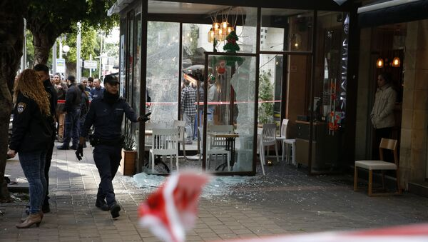 Members of the Israeli security forces cordon off the area following an attack by an unidentified gunman, who opened fire at a pub in the Israeli city of Tel Aviv killing two people and wounding five others on January 1, 2016, police and medical officials said - Sputnik International