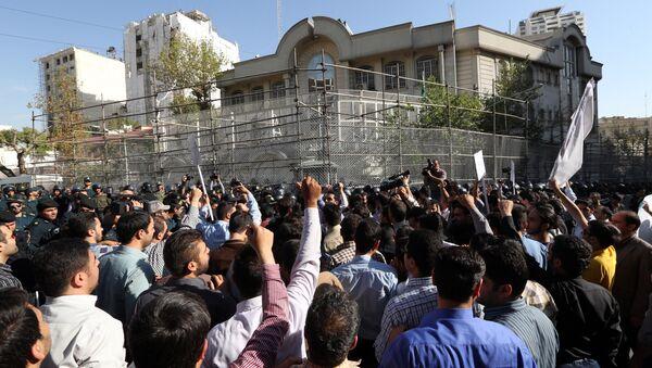 Iranian protesters shout slogans during a demonstration against Saudi Arabia outside its embassy in Tehran on September 27, 2015 - Sputnik International