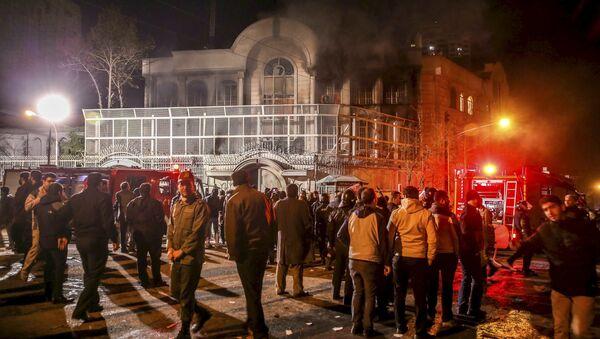 Smoke rises from Saudi Arabia's embassy during a demonstration in Tehran January 2, 2016 - Sputnik International
