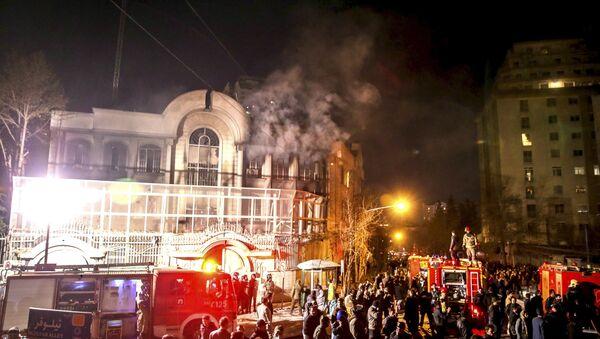 Flames rise from Saudi Arabia's embassy during a demonstration in Tehran January 2, 2016 - Sputnik International