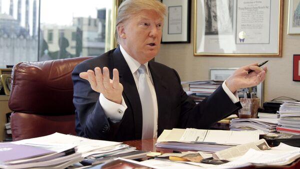 Donald Trump works at his desk. - Sputnik International