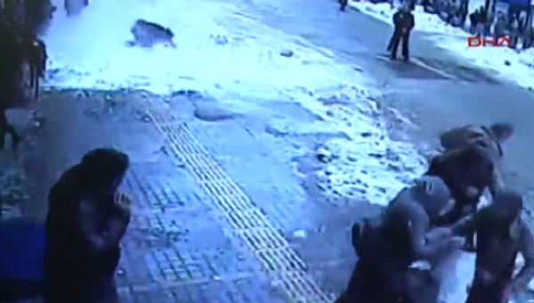 Awesome Snowfall From The Roof of Building Burying Unlucky Pedestrian - Sputnik International