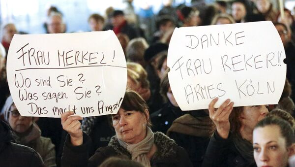 Women hold up placards that read Mrs. Merkel: Where are you? What are you saying? This worries us! and Thanks (Cologne mayor Henriette) Reker!! Poor Cologne (R) during a protest in front of the Cologne Cathedral, Germany, January 5, 2016 - Sputnik International