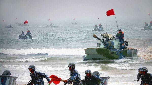 Chinese amphibious tanks and marines storm a beachhead in an amphibious assault drill during the third phase of the Sino-Russian joint military exercise - Sputnik International