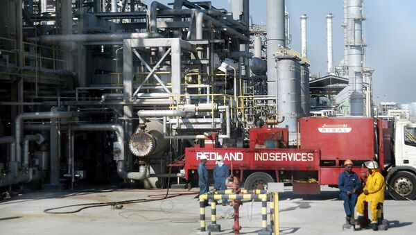 Workers rest at Ras Tannura's oil production plant near Dammam in Saudi Arabia's eastern province - Sputnik International