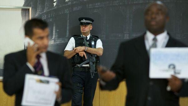 An armed British policeman secures terminal 4 at Heathrow airport, London. - Sputnik International