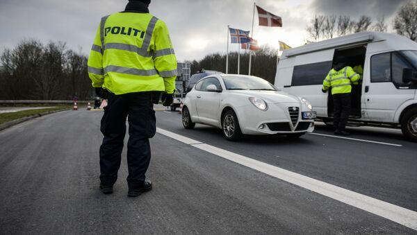 Danish Police officers check vehicles at the bordertown of Krusa, Denmark. - Sputnik International