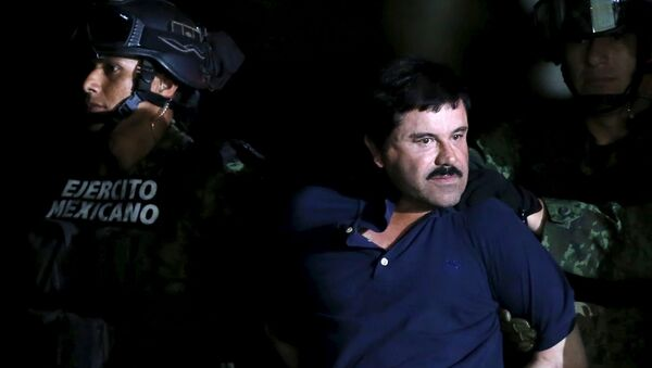 Recaptured drug lord Joaquin El Chapo Guzman is escorted by soldiers during a presentation in Mexico City, January 8, 2016 - Sputnik International