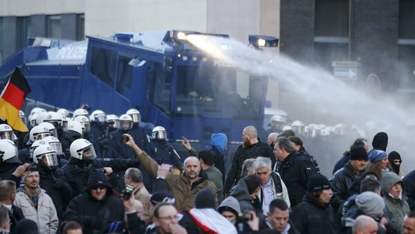 Police use a water cannon during a protest march by supporters of anti-immigration right-wing movement PEGIDA (Patriotic Europeans Against the Islamisation of the West) in Cologne, Germany, January 9, 2016 - Sputnik International