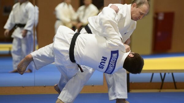 Russian President Vladimir Putin during a sparring with the 2014 World Judo Championship bronze medal winner Musa Mogushkov at the meeting with members of the Russian national judo team, January 8, 2016 - Sputnik International