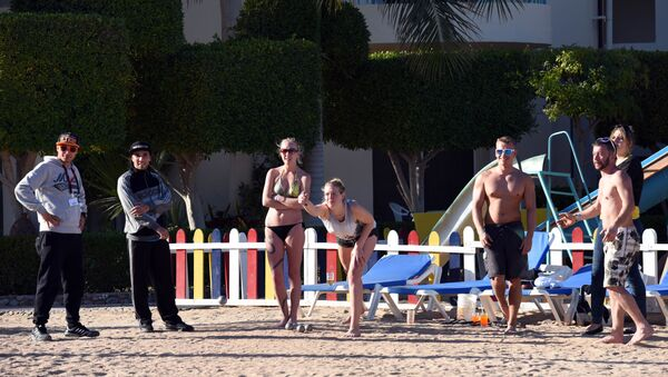 Tourists play bowels the beach at the Bella Vista Hotel in Egypt's Red Sea resort of Hurghada on January 9, 2016, the day after the hotel came under attack by knife-wielding assailants, in the latest blow to the country's beleaguered tourism industry - Sputnik International