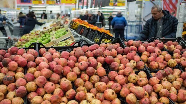 Fruit and vegetable shop in Omsk. File photo - Sputnik International