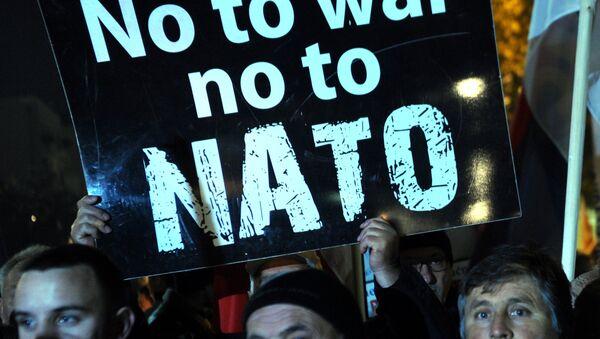 Protesters hold a placard reading No to war, no to NATO. - Sputnik International