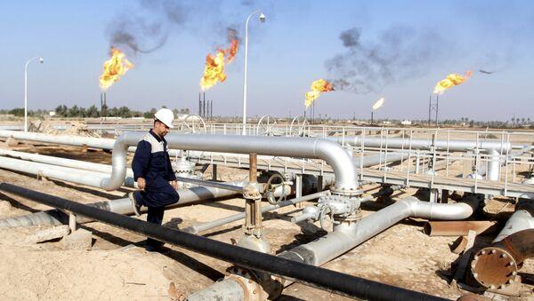 A worker walks at Nahr Bin Umar oil field, north of Basra, Iraq December 21, 2015 - Sputnik International