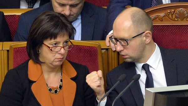Ukrainian Prime Minister Arseniy Yatsenyuk (R) gestures as he speaks with Ukrainian Finance Minister Natalia Jaresko during a parliament session in Kiev on December 23, 2014 - Sputnik International