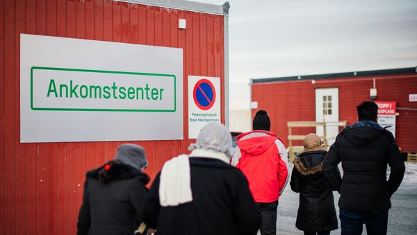 Refugees enter the arrival center for refugees near the town on Kirkenes, northern Norway, close to the Russian - Norwegian border on November 12, 2015. - Sputnik International